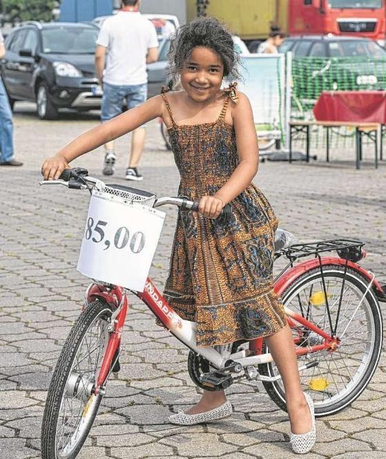 Der kleinen Shante, 6, gefiel das rote Kinderrad